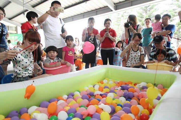 有氣球遊戲給小朋友玩。