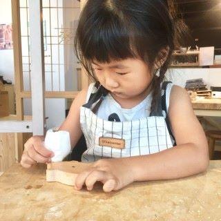讓小孩製作木工製品。