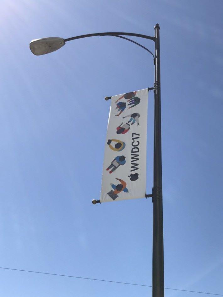 附近四周亦掛滿 WWDC 旗幟