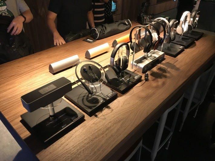 個人影音區有多款耳機讓大家細心測試