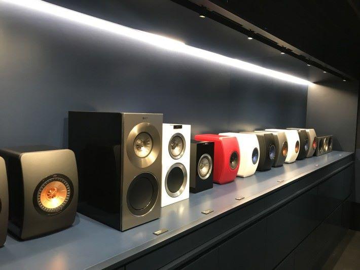 居住環境小但又想享受好音樂,去書架揚聲器展示區最適合。
