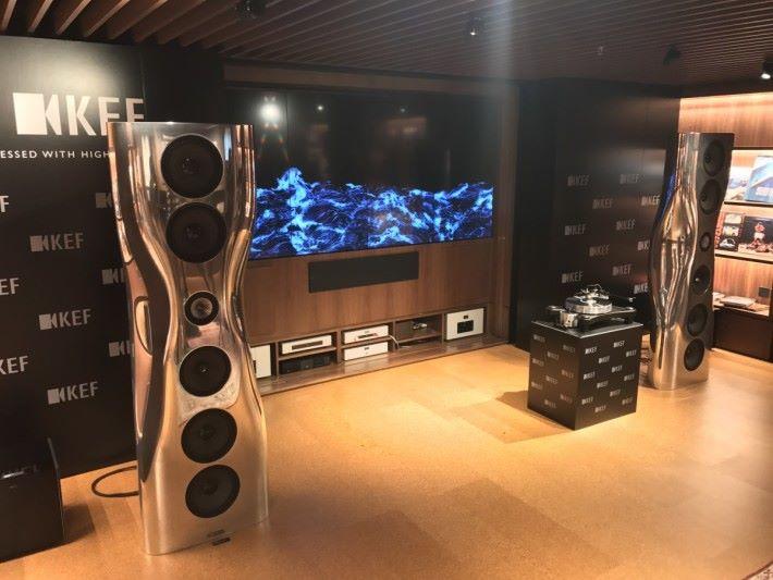 珍藏級視聽館配備 7.2.4 杜比全景聲裝置,提供極致環繞影音體驗。