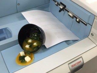 救命,味噌湯千萬滲到影印機裡啊。