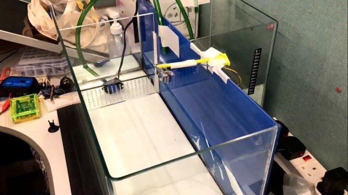 以超聲波測距器測量水面與測距器之間的距離以監控換水量。
