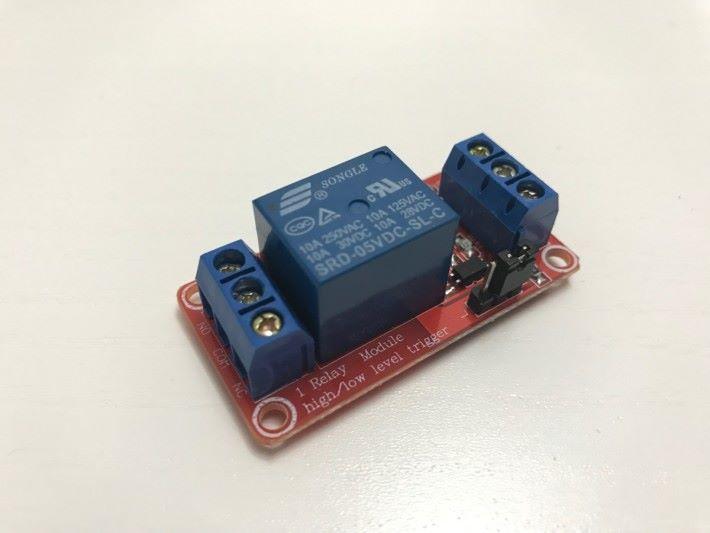 繼電器連接至電器的一端。把電器的火線斷開,斷開的兩端分別連接至繼電器的 COM 及 NO 接口。(注意: 因涉及大電壓的使用,必須由合資格人士處理,並於接駁好後把整個裝置絕緣。)
