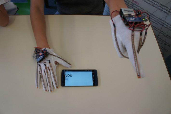 相片是最簡單的手語翻譯示範,單舉二指向前,其他手指屈曲,熒幕就會顯示「You」。