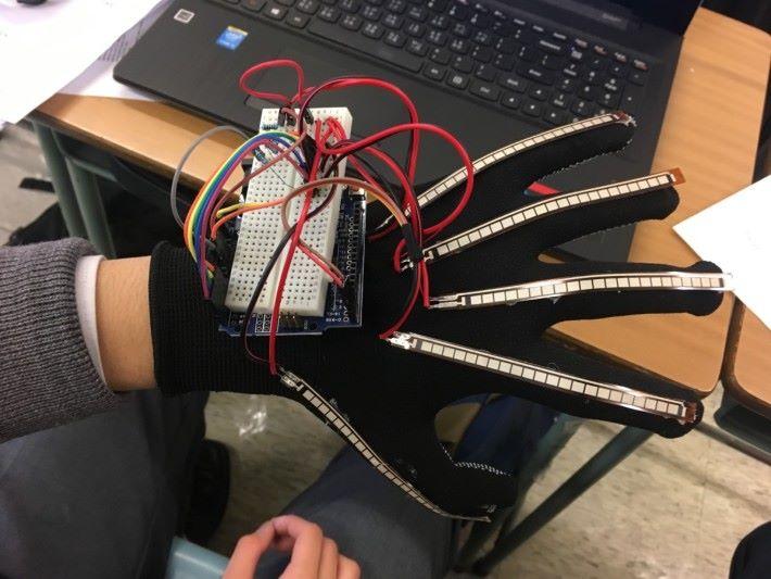 手語翻譯手套歷經多次測試及改良,當初用了較大的 Arduino UNO 及面包板,效果並不理想。