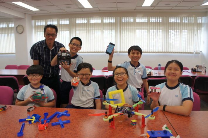 (左至右)(前)學生鍾日軒、楊卓晞、盧穎、郭恩希(後)家長翁建全、學生馮宏毅、林卓灃分享STEM學習成果。