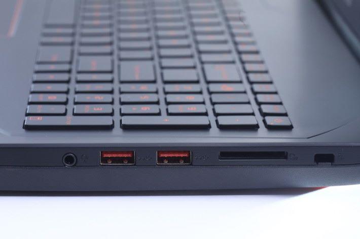 機身提供三組標準尺寸 USB 端子,更有新的 USB Type-C 端子,另一側更有齊 HDMI 與 mini Display Port。