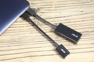 隨機附送 Type-C 轉 HDMI 及 USB 大頭兩組接線。