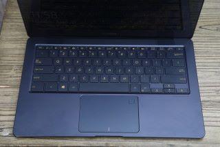 鍵盤手感比上代有所改進,並設有背光燈。