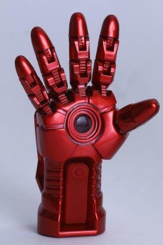 掌心設計不馬虎,「掌心雷」的位置是藍牙連接的指示燈,下面長型的就是遙控按鈕。