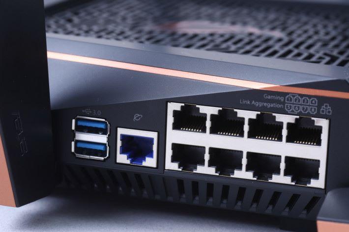 有 8 個 Gigabit Ports,其中第 1-2 個為 Gaming Ports,而第 5-6 個 Port 可行 Link Aggregation。