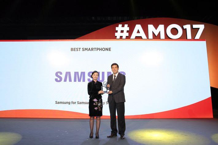 於上海舉行的 MWC Shanghai 2017 中,Galaxy S8 及 S8+ 獲得了「最佳智能手機獎」。