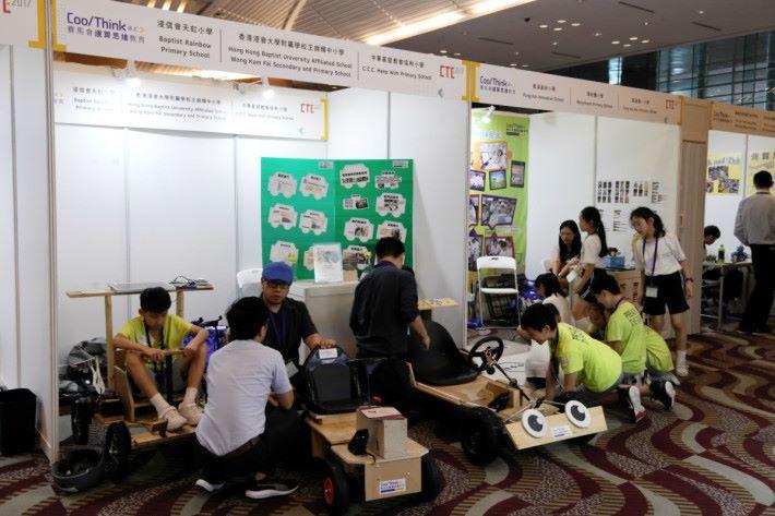 第一組先導實施運算思維的學校,正展示學生編程後建立的產品。