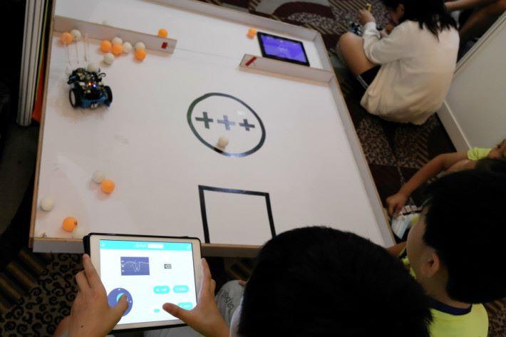 學生們使用 mbot 及編程製作出遙控運輸車,利用 App 就能作即時控制。
