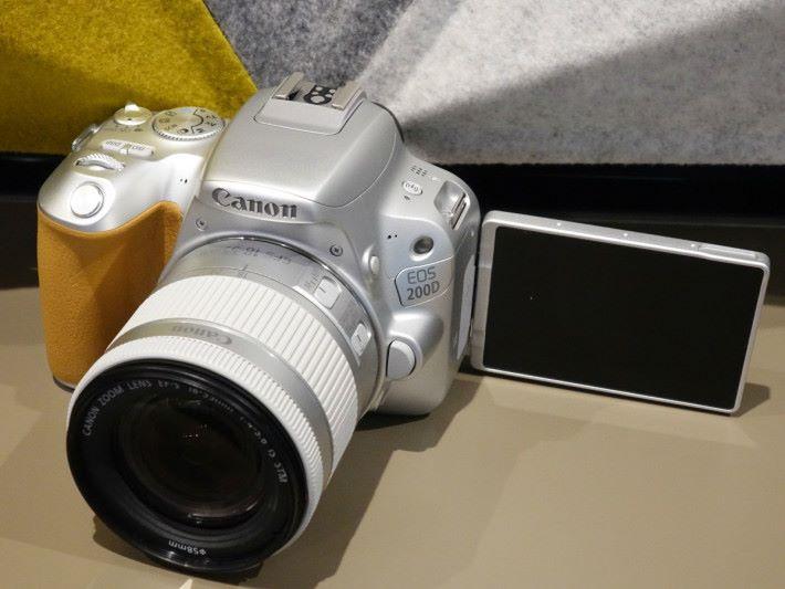 Canon 很久沒推出銀色機身的相機了,前代已有黑白機身的 200D 今次還推銀色版本。