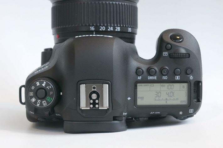 作為進階用家使用的 6D Mark II,機頂設有拍攝資料屏幕。