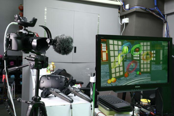 有表現慾的話,可在綠幕前玩 VR ,朋友就可以同時睇到第一身畫面了。