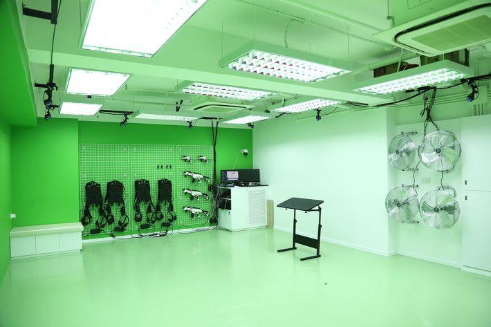 大家可以在約莫 500 呎的遊戲室內,透過由天花板多個追蹤鏡頭,再配合 Chroma Key 技術,將玩家每一個動作呈現於VR世界。