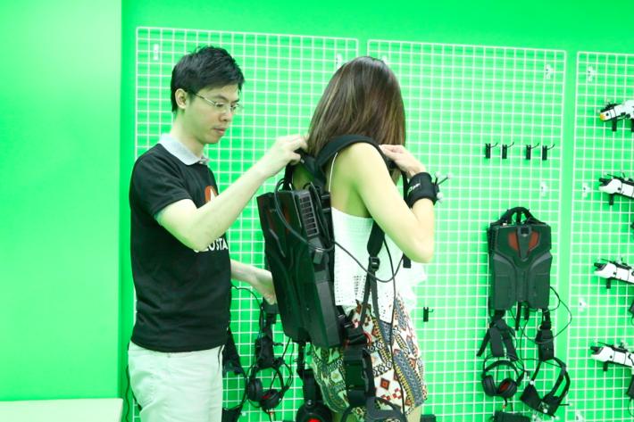「上Gear」:說的是揹上背囊電腦,再戴上VR眼鏡及拿起「長短火」,聽完遊戲主持人講解後即可作戰。