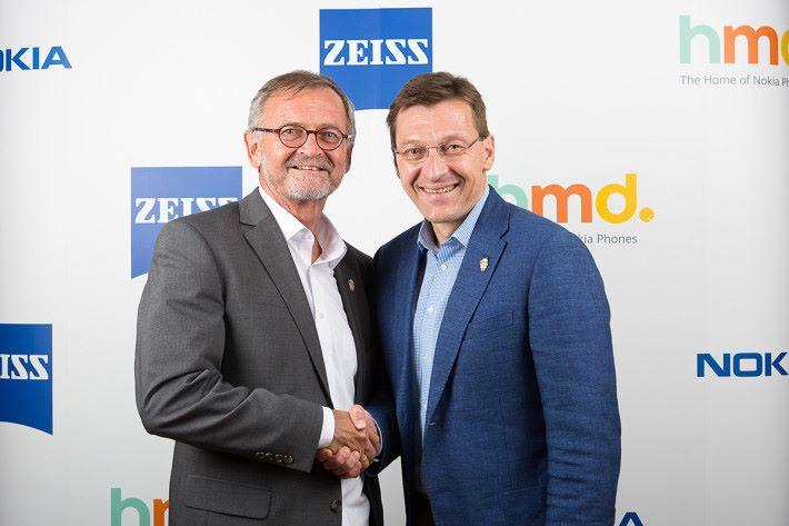 HMD Global 市場總監 Pekka Rantala (右)及蔡司集團執行副總裁及消費性光學業務部負責人 Winfried Scherte 博士(左)宣布獨家合作協議。