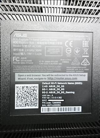 Router 底部有很多散熱孔,也寫有三個預設 Wi-Fi SSID。