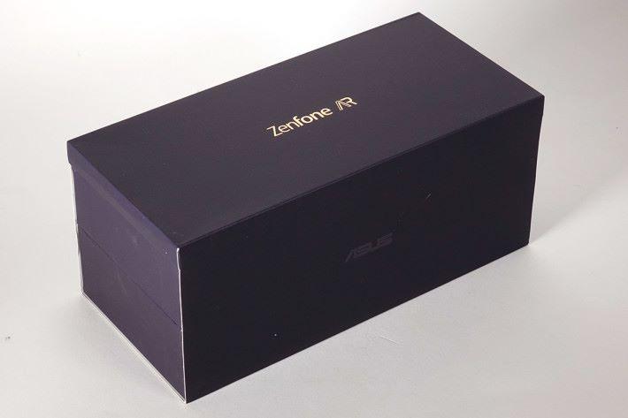 深藍色包裝盒,原來內有乾坤。