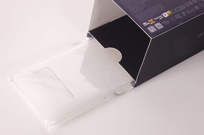 包裝盒的最上層原來放了原廠透明背蓋,記得拿來使用。