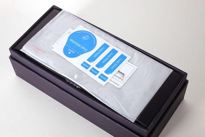 打開包裝盒後可見玻璃防刮螢幕保護貼,十分貼心。