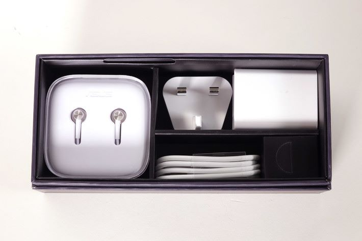 下層就放置了 ZenEar S 耳機及充電器等配件。