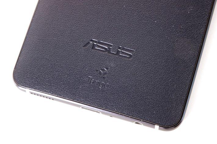 皮革材質的機背印有 Tango 技術 Logo,也帶有防滑效果,令此機握感不錯。