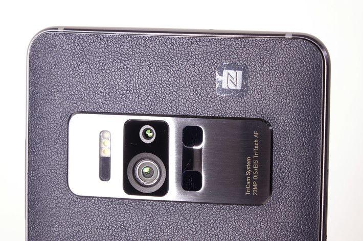 ZenFone AR 的核心:「ASUS TriCam」,除了 23MP 主相機之外,同時備有追蹤用戶位置的「動態追蹤鏡頭」及可測量自身與周邊物件距離的「深度感測鏡頭」。
