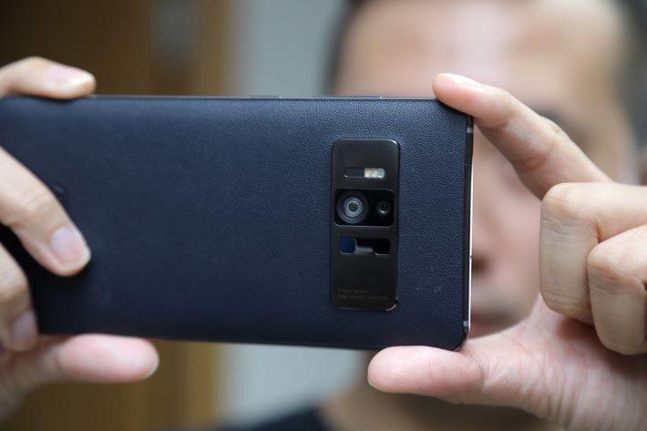 在 AR 世界內辨識距離、深度或其他資訊,得靠機身上的三鏡頭系統。