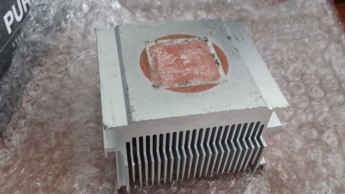 包裝內的散熱器殘舊不堪,明顯有人用過。