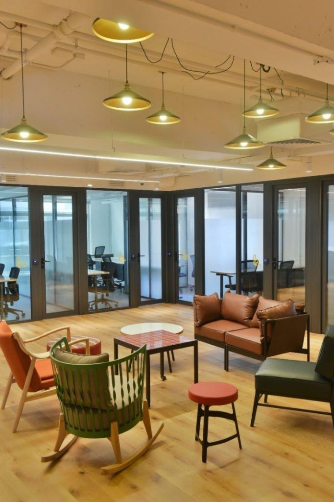 大部分樓層設辦公室,中間部分為流動工作桌和共用空間。