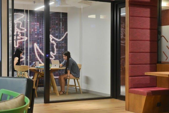 設多個會議室可供客戶租用。