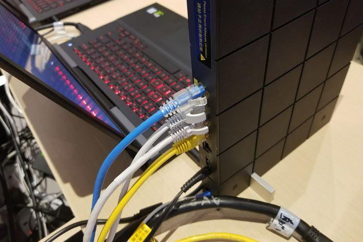 ONT 上備有四個 GbE 介面,而且彼此是分隔開,所以每個 GbE 介面均是有獨立的頻寬用量。