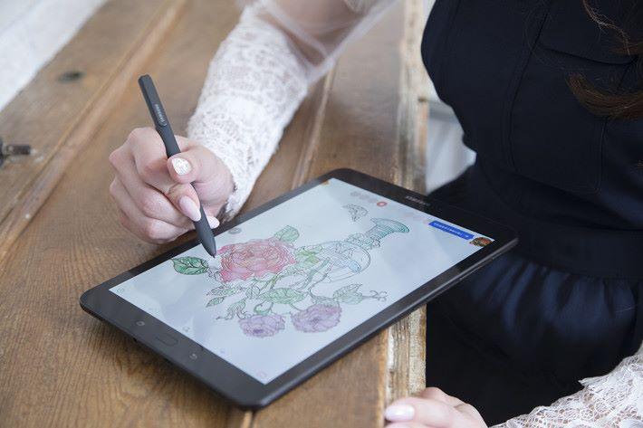 S-Pen 具備 0.7mm 彈性筆尖,配合 4,096 級筆壓感應,輕易畫出細膩筆觸。