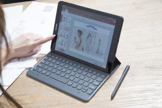 套上專用鍵盤背蓋,即可以筆電模式進行各樣工作,令輸入更得心應手。
