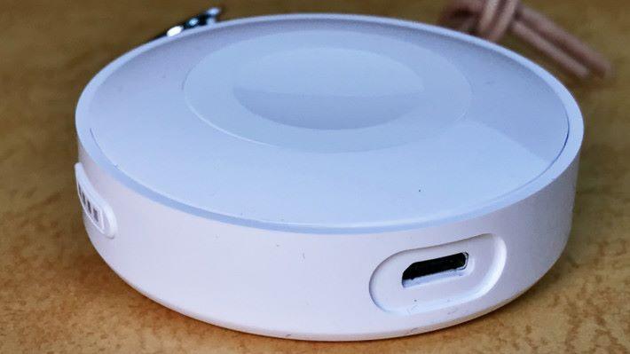使用的是 micro USB 充電接口。