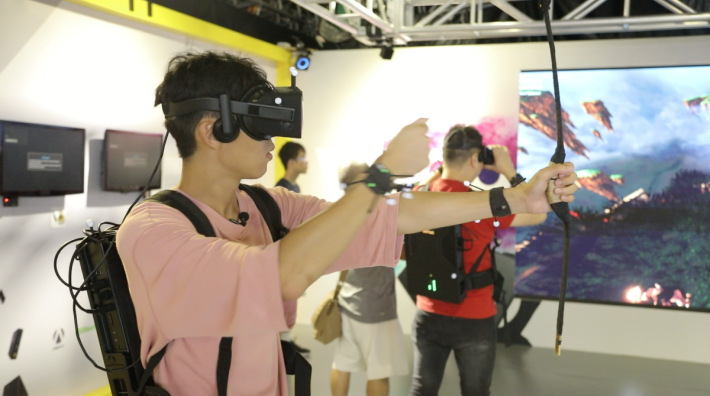 ZOTAC 攤位內有 VR 背包供參觀者試玩遊戲