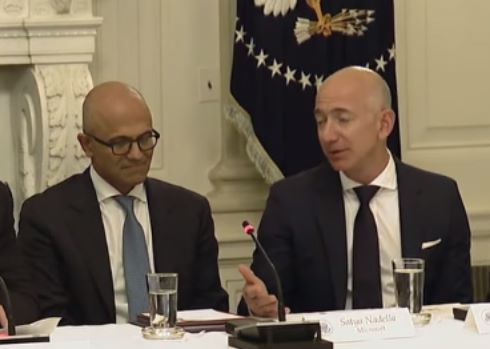 Microsoft 的 CEO Satya Nadella (左)和 Amazon 的 CEO Jeffrey Preston Bezos 早前在白宮與美國總統特朗普會面時「有傾有講」。