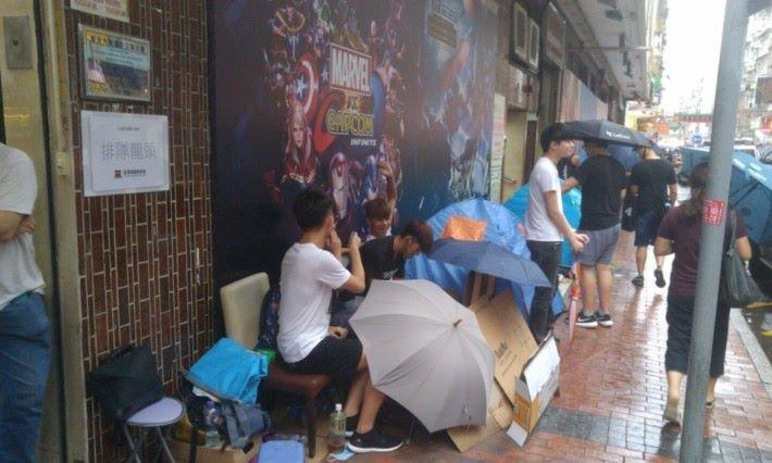 [2017-8-22 16:23] 颱風掩至,但大會還未公布輪候安排,守候的朋友唯有繼續與狂風暴雨對抗,以免前功盡廢。