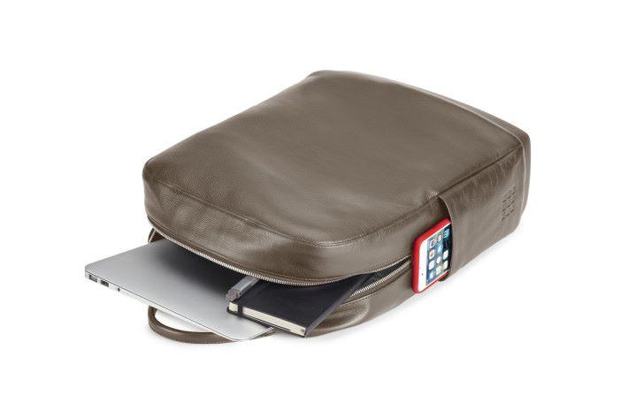 皮革版配合大容量,除了電腦外還可以多放一些物品和文件。
