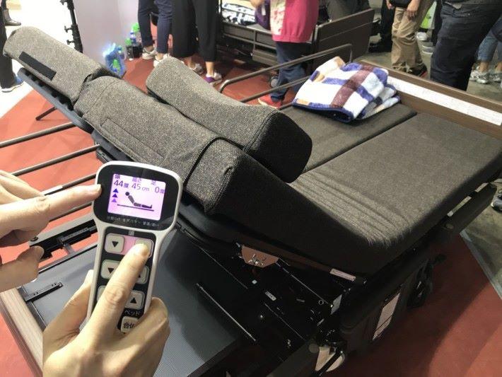 透過控制器上的背椅角 度「增加」、「減少」按 鈕來調節背板的角度,最 高可以調節70度,方便病 人坐起來進行進食。