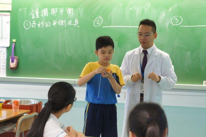 需要講解或較難的實驗,老師會邀請同學作示範,既可控制效果也方便講解。