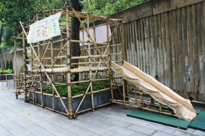 天虹樹屋是學生的夢想之屋,採訪期間剛好下雨,但學生仍想攀登,只是安全考慮暫停開放。
