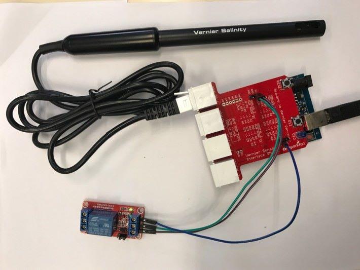 擴展板接上 Arduino Uno ,把鹽度傳感器接到連接介面,再接駁繼電器並把水泵連接繼電器(繼電器的使用於智能自動換水系統中已介紹)。