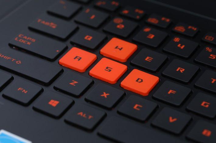 並且具備 30 鍵防衝突設計,WASD鍵更以橙紅色作特別標示。